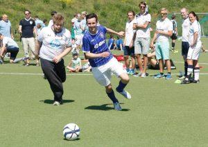 I år skal Ipswich møte bl.a Tottenham. Her ser dere Stuart Baillie drible en Tottenham-spiller.